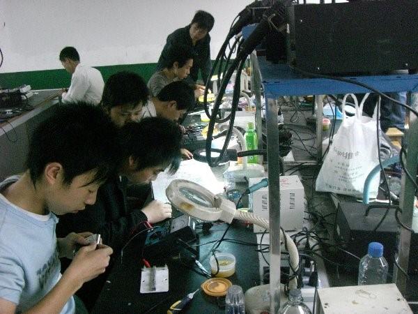手机维修班学生在认真实习操作